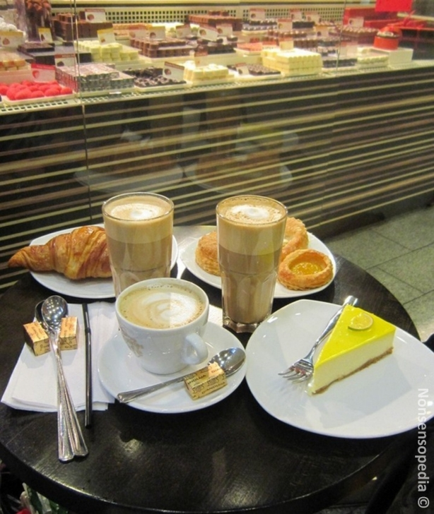 Kampin Kaakaopuussa pöytä herkkuineen ja tasokkaine kahveineen