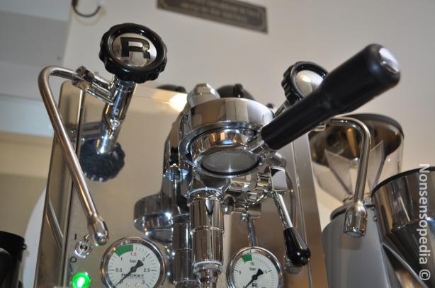 """Tämä """"nakukahva"""" eli pohjaton, joka sitten helpottaa sen oikeanlaisen shotin valmistelemisessa."""
