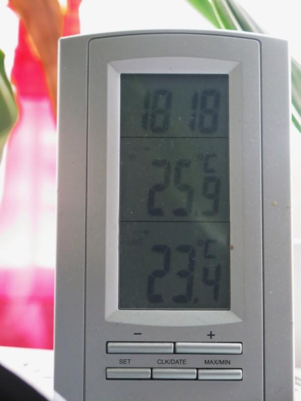 Sisällä melkeen 26C, tarkenee.