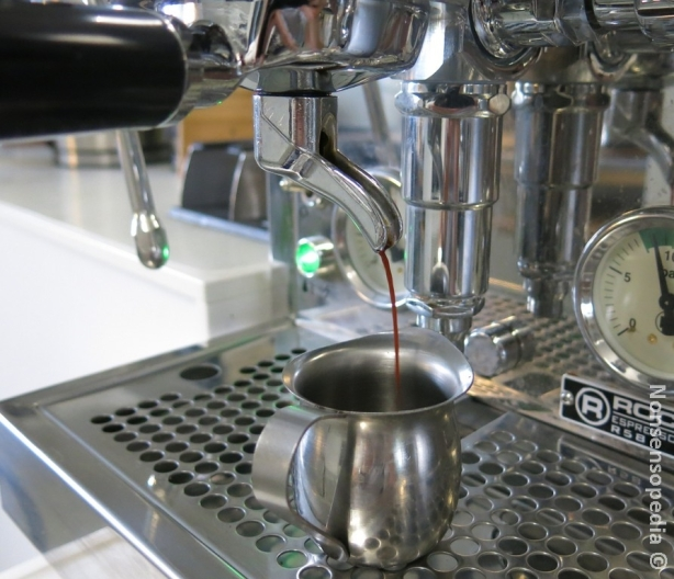 valutetaan espresso sokerin päälle, tuplashotti