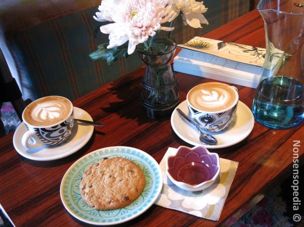 Cappuccinot kupeissa artteineen päivineen